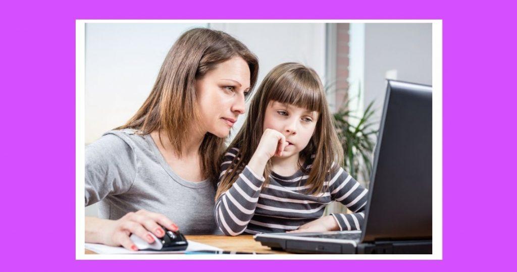 madre con niña mirando ordenador