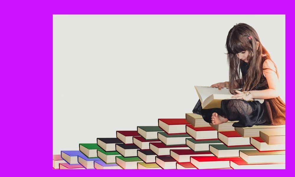 niña leyendo sobre una pila de libros