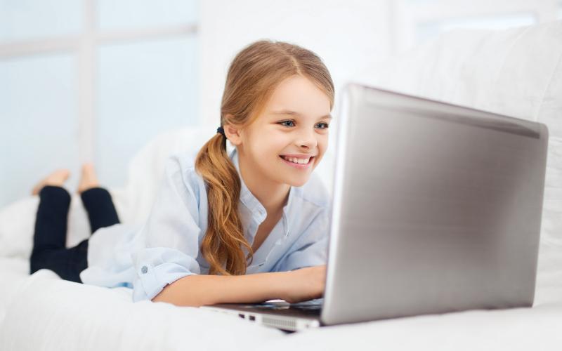 chica mirando ordenador portatil