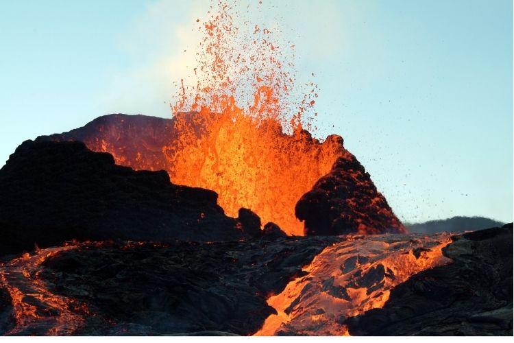 crater de volcan en erupcion